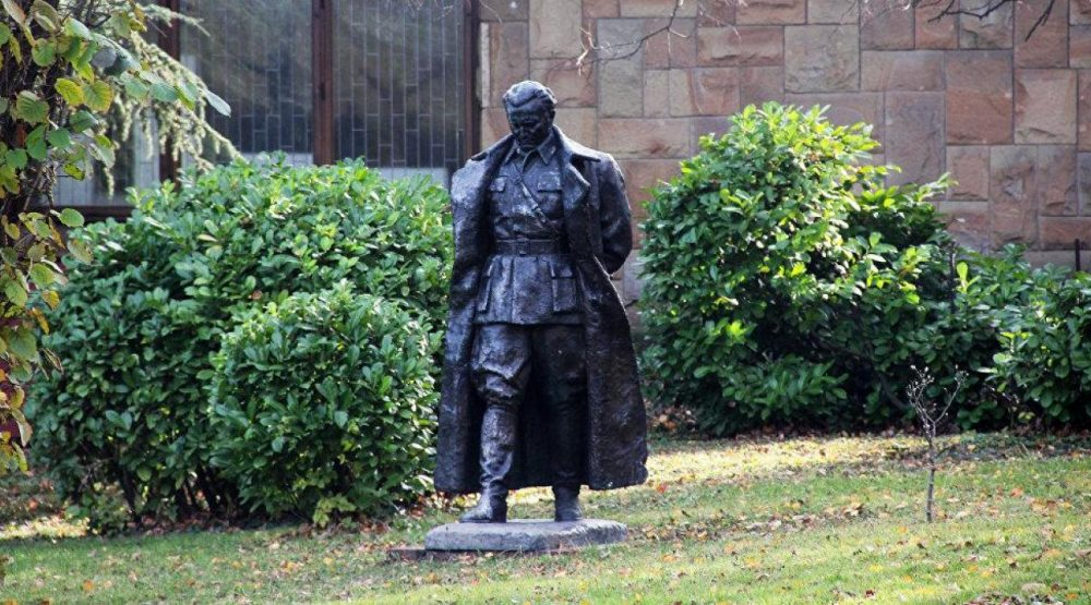 Uraditi Titu Novi Spomenik Ili Postojece Skulpture Prenijeti Na